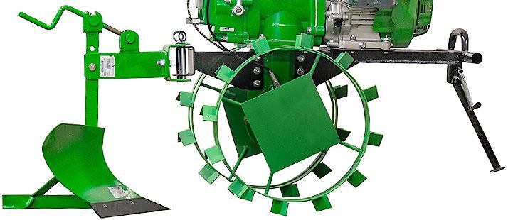 Мотоблок COUNTRY 1400 MULTI-SHIFT с подключенным навесным оборудованием